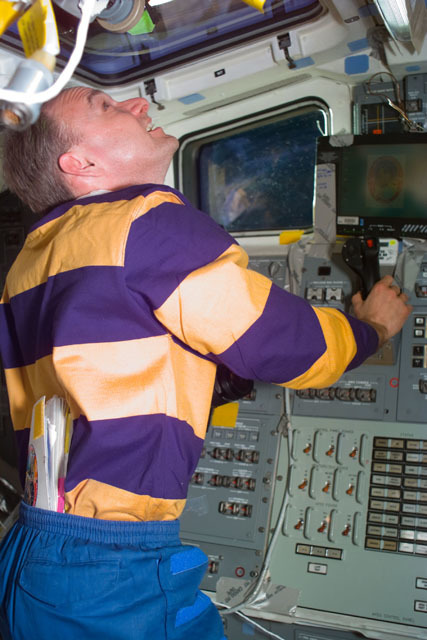 S89E5442 - STS-089 - STS-89 crewmembers examine the Mir from overhead flight deck windows