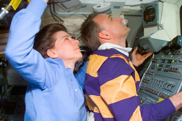 S89E5444 - STS-089 - STS-89 crewmembers examine the Mir from overhead flight deck windows
