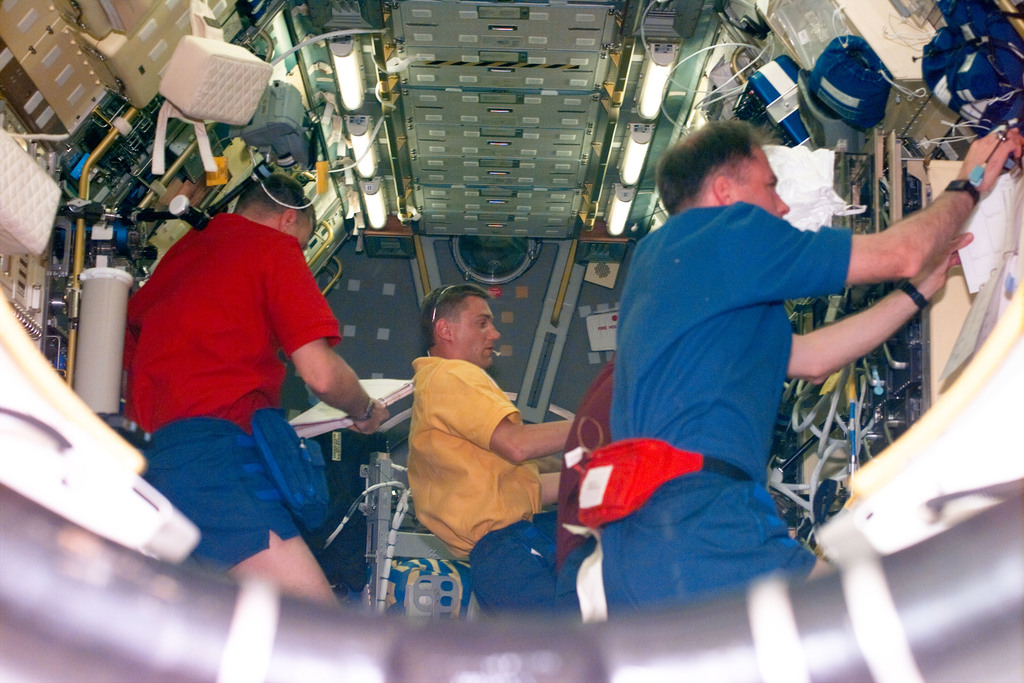 S90E5006 - STS-090 - STS-90 crew in the Spacelab module during flight day 2