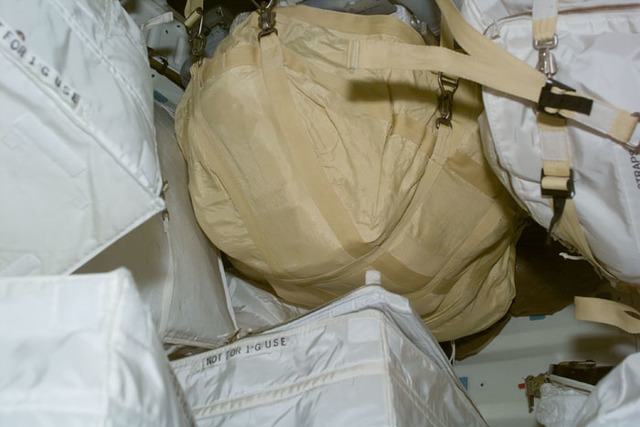 S92E5022 - STS-092 - Stowage bags on middeck