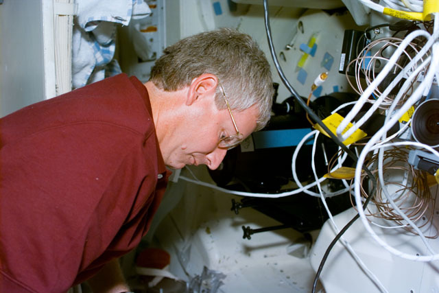 S93E5010 - STS-093 - SWUIS, Mission Specialist Hawley works with the experiment