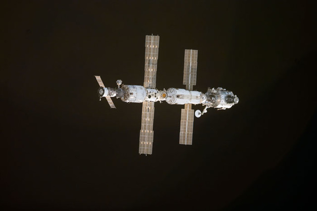 S97E5007 - STS-097 - View of ISS during rendezvous with STS-97
