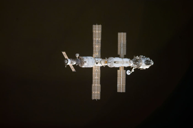 S97E5008 - STS-097 - View of ISS during rendezvous with STS-97