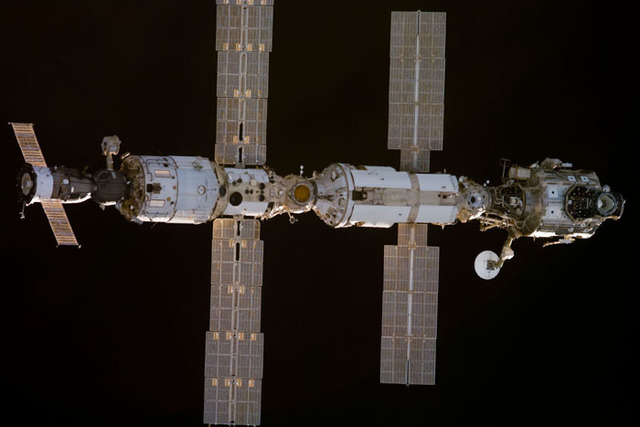 S97E5011 - STS-097 - View of ISS during rendezvous with STS-97