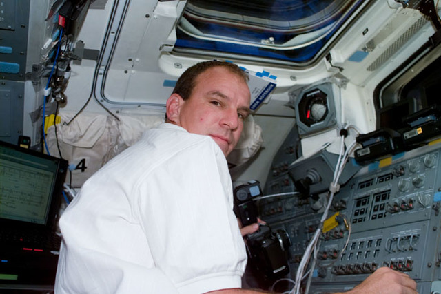 S97E5029 - STS-097 - Pilot Bloomfield on flight deck