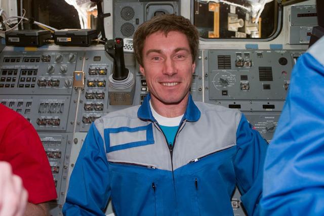 S97E5084 - STS-097 - Krikalev on Endeavour flight deck