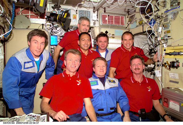 S97E5144 - STS-097 - Expedition One and STS-97 crew pose for portrait
