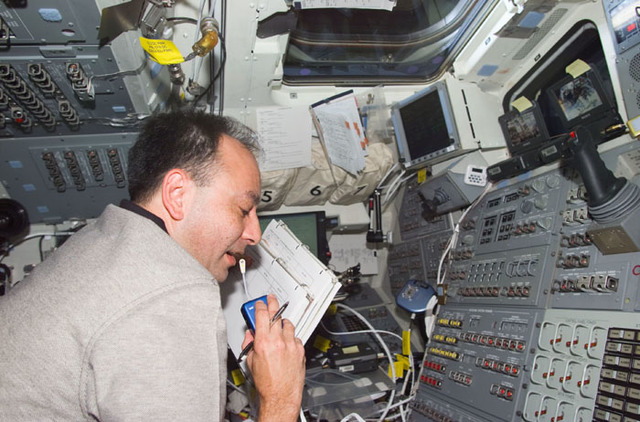 S98E5086 - STS-098 - PLT Polansky uses microphone while on aft flight deck