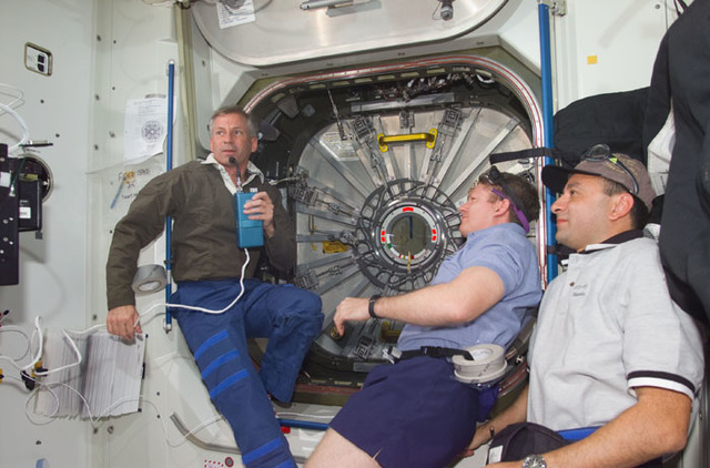 S98E5123 - STS-098 - Astronauts Cockrell, Shepherd and Polansky prior to opening hatch