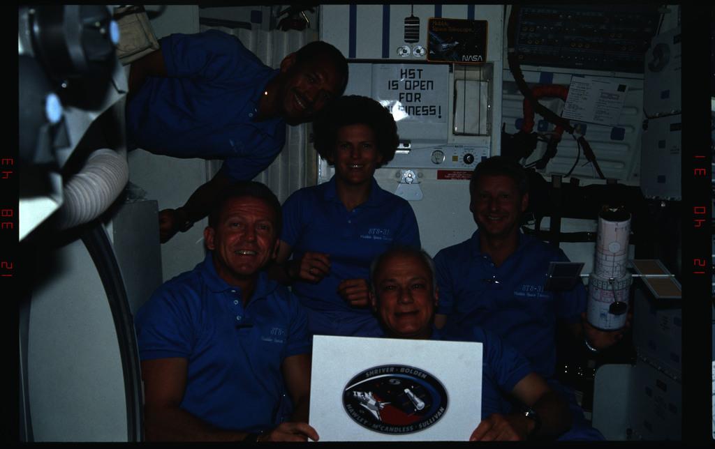 STS031-12-032 - STS-031 - Crew portraits