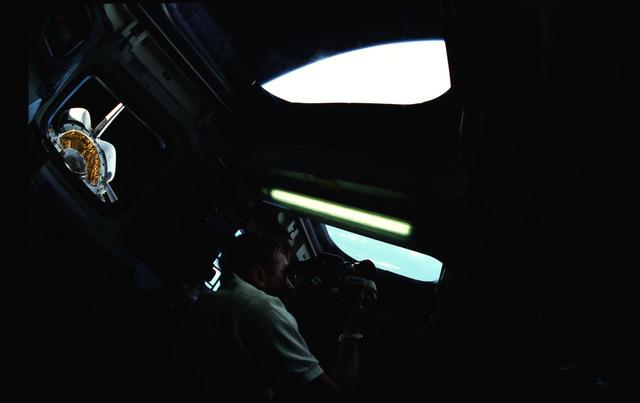 STS051-04-014 - STS-051 - Culbertson, Readdy and Bursch aim camera at aft flight deck windows