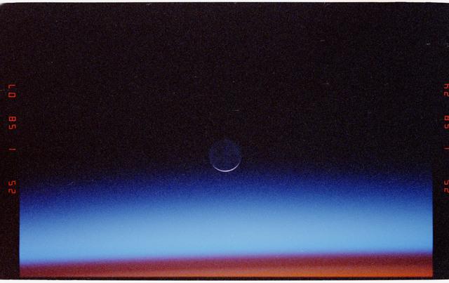 STS052-23-023 - STS-052 - Sunrise/sunset