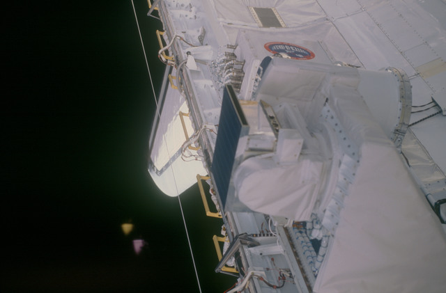 STS053-08-014 - STS-053 - Payload bay Cryogenic Heat Pipe (CRYOHP) and GLOW experiments