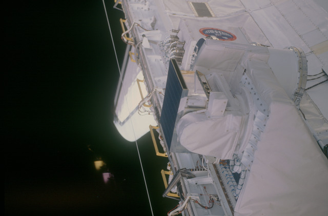STS053-08-015 - STS-053 - Payload bay Cryogenic Heat Pipe (CRYOHP) and GLOW experiments.