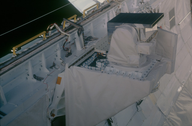 STS053-08-017 - STS-053 - Payload bay Cryogenic Heat Pipe (CRYOHP) and GLOW experiments