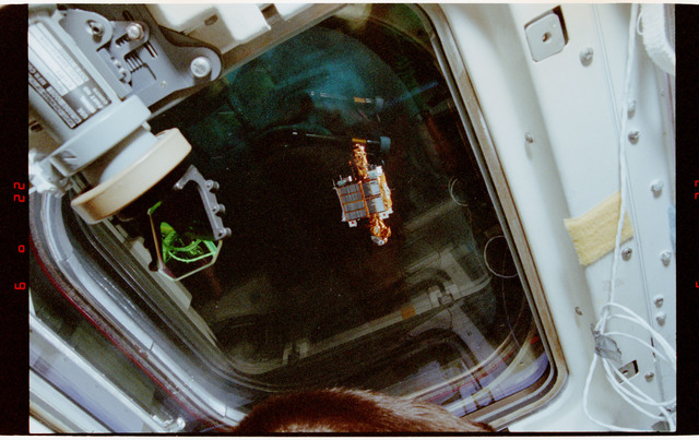 STS056-13-029 - STS-056 - SPARTAN satellite deploy/recovery flying freely above the vehicle.