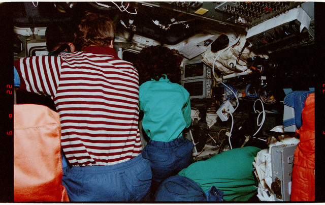 STS056-13-032 - STS-056 - Crewmembers clustered at the aft flight deck payload bay windows.
