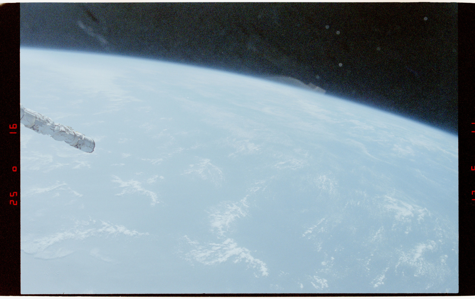 STS056-28-010 - STS-056 - Earth limb, open ocean and clouds - location unknown.