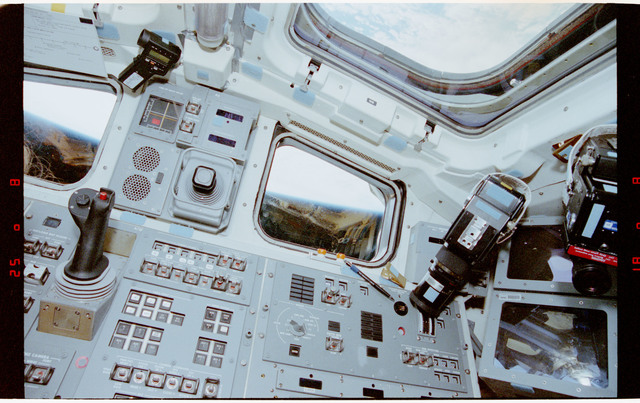 STS056-29-015 - STS-056 - View of the aft flight deck and Earth limb as seen through the windows.