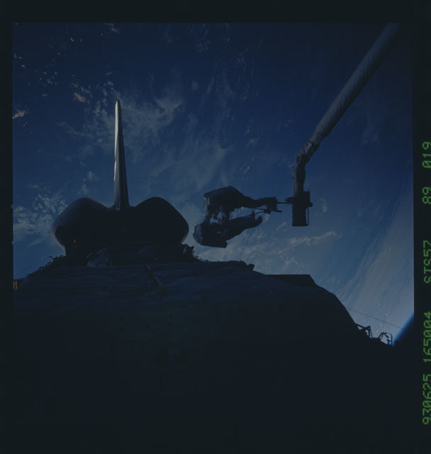 STS057-89-019 - STS-057 - DSO 1210 - Low and Wisoff perform an EVA during STS-57