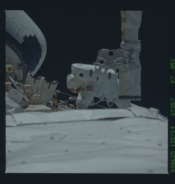STS057-97-059 - STS-057 - DTO 1210 - Low and Wisoff in the payload bay