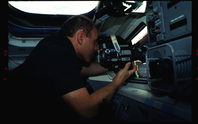 STS061-02-025 - STS-061 - Various views of the STS-61 crew on the orbiters flight deck