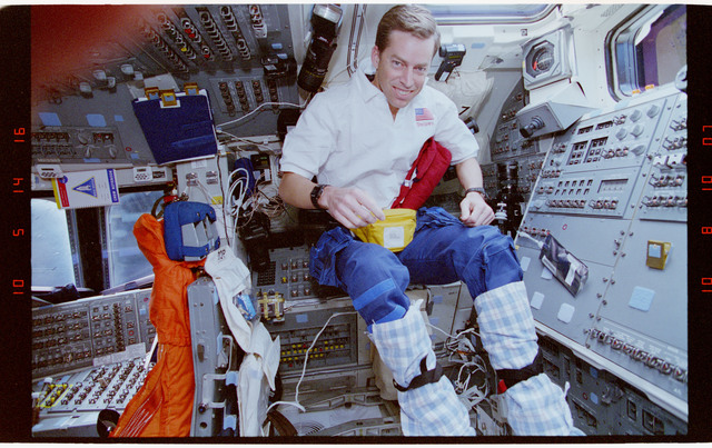 STS063-41-025 - STS-063 - Cdr. Wetherbee wearing towels on his legs