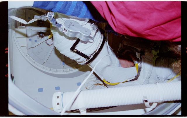 STS064-03-015 - STS-064 - PC Lee donning EMU upper torso