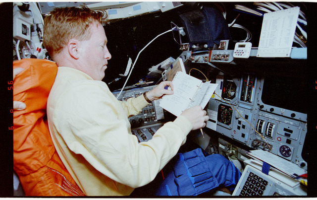 STS064-08-030 - STS-064 - Cdr. Richards working with flight data file