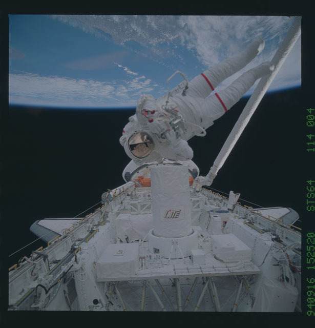 STS064-114-004 - STS-064 - DTO 661,SAFER,being tested during EVA