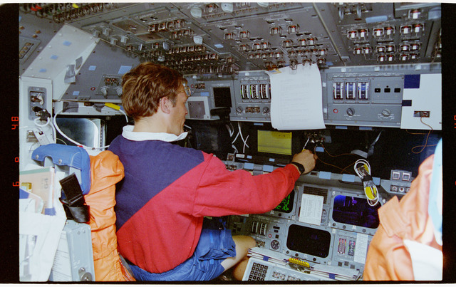 STS064-17-017 - STS-064 - STS-64 crew members work with PGSC at command station