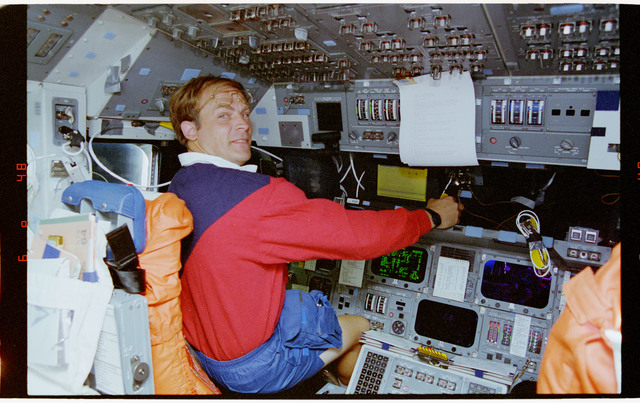 STS064-17-018 - STS-064 - STS-64 crew members work with PGSC at command station