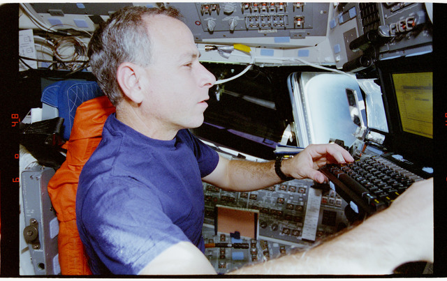 STS064-17-019 - STS-064 - STS-64 crew members work with PGSC at command station