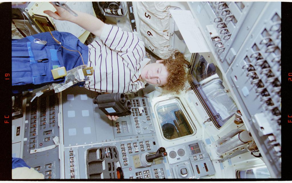 STS064-20-019 - STS-064 - MS Helms preparing binoculars on the aft flight deck