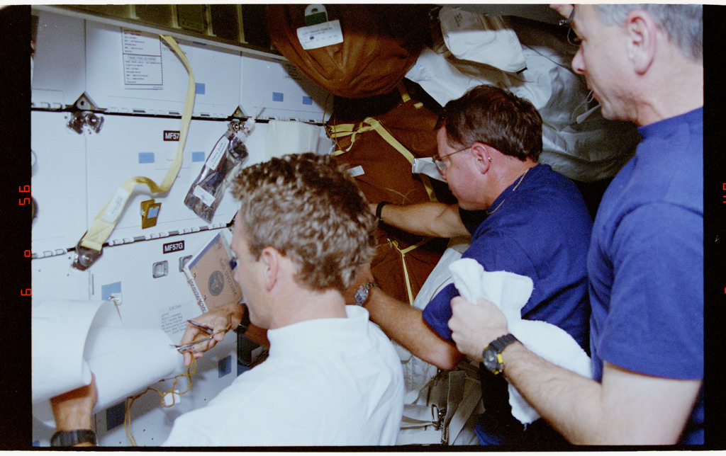 STS064-23-027 - STS-064 - Pilot Hammond, MS Meade, and MS Linenger working on the middeck