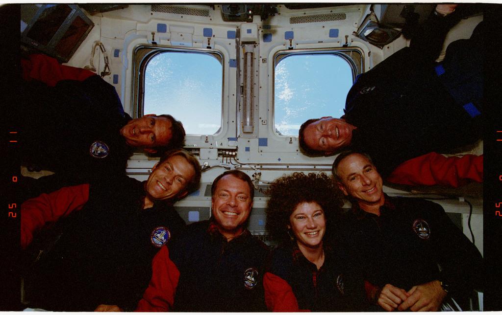 STS064-24-016 - STS-064 - STS-64 crew portrait