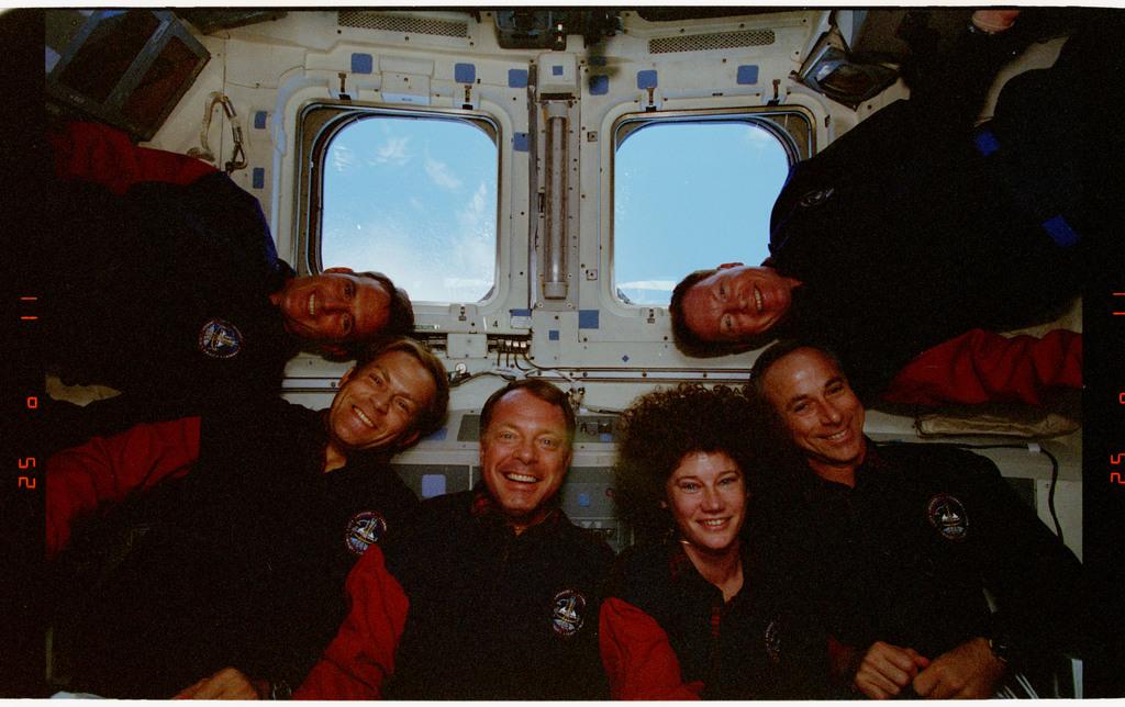 STS064-24-017 - STS-064 - STS-64 crew portrait