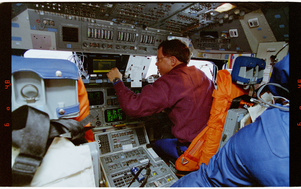 STS064-28-001 - STS-064 - Pilot Hammond working at the pilot station on the flight deck