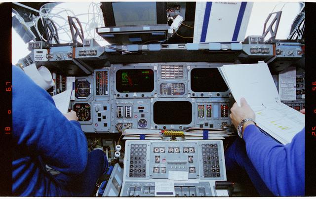 STS064-29-031 - STS-064 - Flight deck equipment