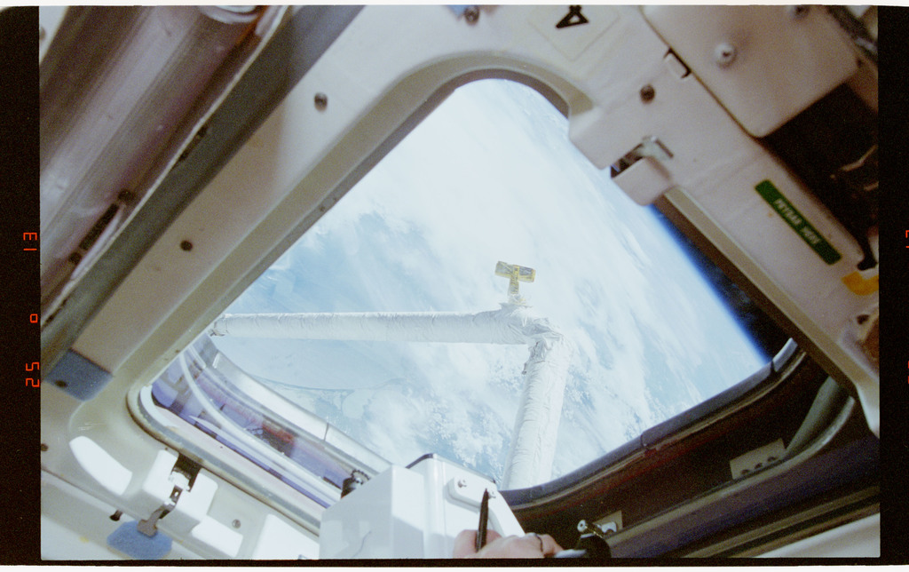 STS064-33-001 - STS-064 - SPIFEX viewed through a flight deck window
