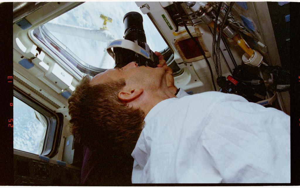 STS064-33-002 - STS-064 - SPIFEX viewed through a flight deck window