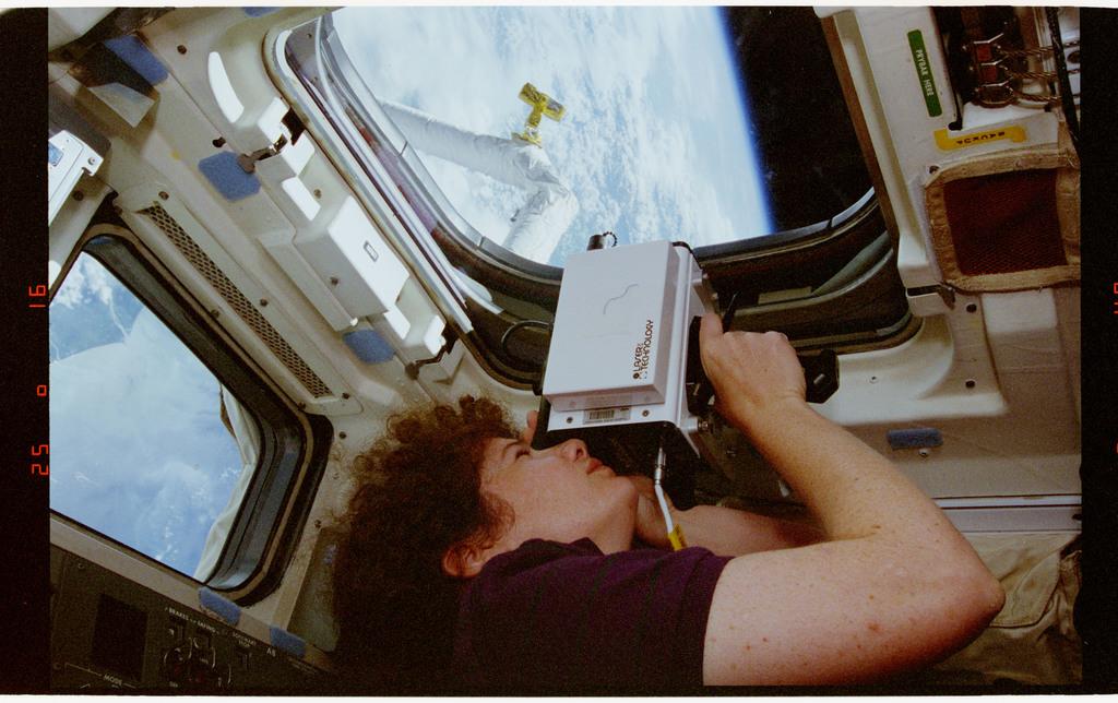 STS064-33-003 - STS-064 - SPIFEX viewed through a flight deck window