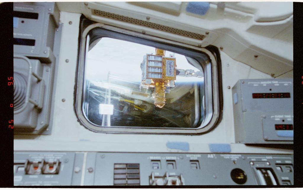 STS064-33-017 - STS-064 - SPARTAN 201 viewed through an aft flight deck window