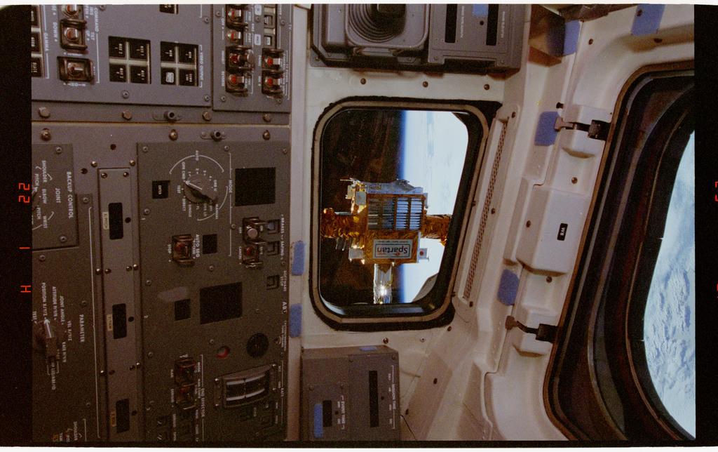 STS064-33-018 - STS-064 - SPARTAN 201 viewed through an aft flight deck window
