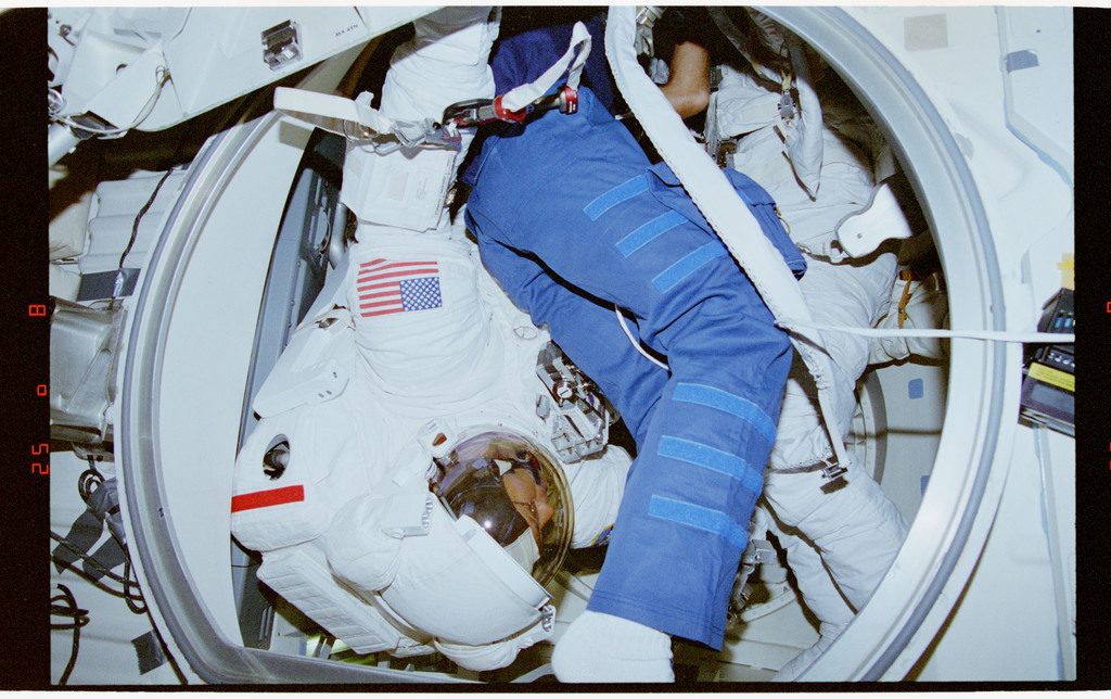 STS064-34-002 - STS-064 - PC Lee and MS Meade wearing EMUs in airlock
