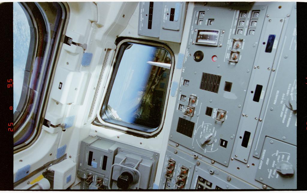 STS064-38-008 - STS-064 - Aft flight deck console