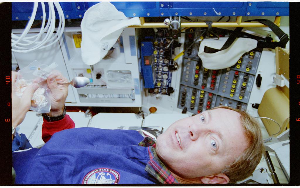 STS064-39-026 - STS-064 - Pilot Hammond preparing food on middeck