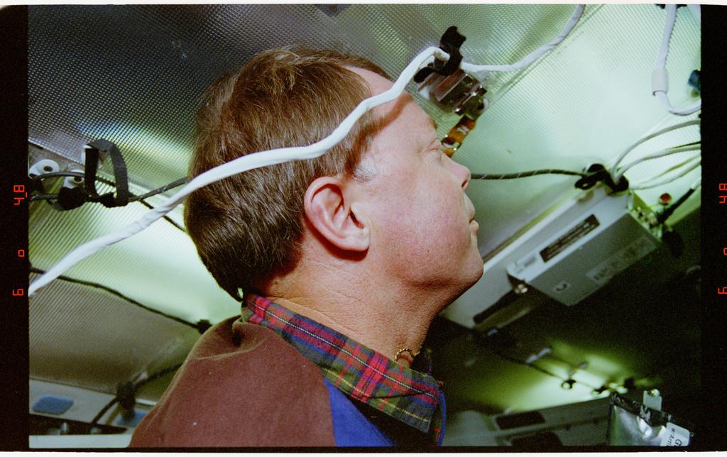 STS064-39-028 - STS-064 - Pilot Blaine Hammond on middeck