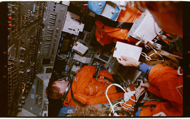 STS064-55-004 - STS-064 - STS-64 crew members during deorbit