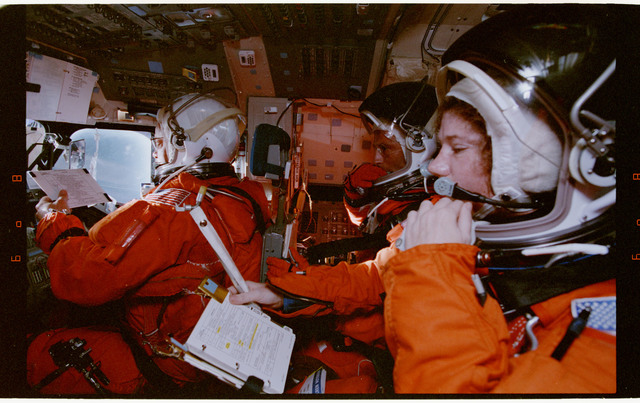 STS064-55-014 - STS-064 - STS-64 crew members during deorbit